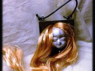 顔面壁掛け・髪の毛伸び過ぎの子の画像