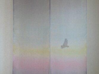 染め暖簾「フクロウ飛翔 夜明け」の画像