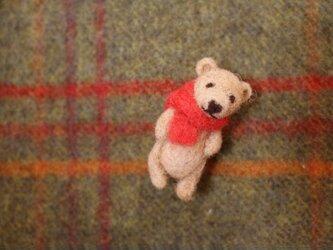 襟巻きクマさんブローチの画像
