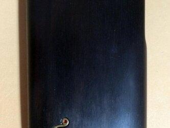 木製iPhoneケース(黒檀・猫のチャームつき)の画像