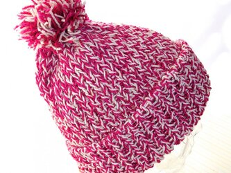 ピンクのツイードニット帽子の画像