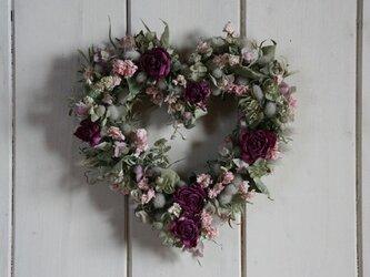 バラとラークスパーのハートリースの画像
