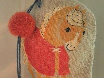 赤いマントのちいさな馬のかざりの画像