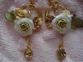 白いバラのピアスの画像