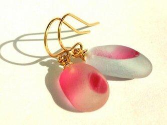 UKシーグラスの桜のピアスの画像