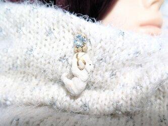 スワロフスキー & イニシャル コットンパール シロクマ ピンの画像
