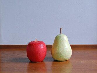 木彫りのりんごと洋なしの画像