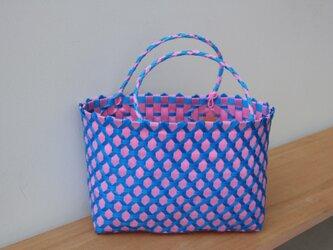 おばちゃん達が作ったプラスチックかご〈ダイヤ ピンク×青 〉の画像