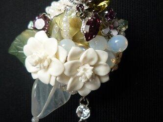 白い花と蝶のネックレス(兼スカーフ留め)の画像
