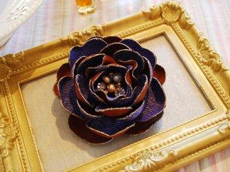 パープルとブラウンの綾織りのコサージュの画像