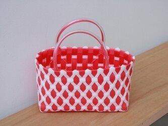 おばあちゃん達が作ったプラスチックかご〈ダイヤ 赤×白〉の画像