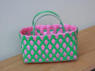 おばちゃん達が作ったプラスチックかご〈ダイヤ ピンク×グリーン〉の画像