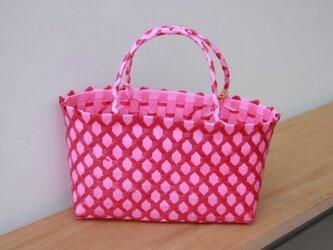 おばちゃん達が作ったプラスチックかご〈ダイヤ ピンク×濃桃〉の画像