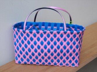 おばちゃん達が作ったプラスチックかご〈ダイヤ青×ピンク 〉の画像