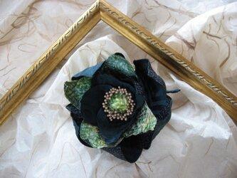 アンティーク着物地からのコサージュ 緑の花の画像