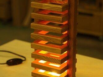 ほっこりする灯り、タモ材のタワーライトの画像