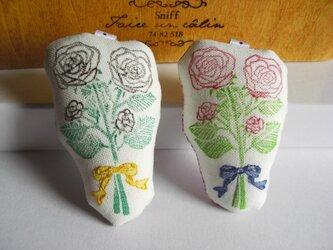 スタンプ×刺繍 ローズブーケのブローチの画像