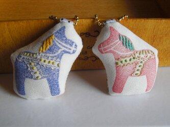 スタンプ×刺繍 ダーラナホースのブローチの画像