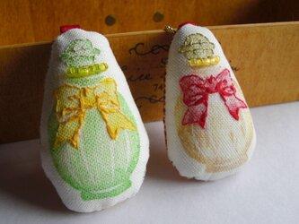 スタンプ×刺繍 香水瓶のブローチ リボンの画像