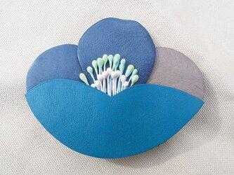 レザーフラワーブローチ・Tubaki (ブルー)の画像