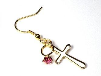 小さなローズの指輪と金色の十字架のゴールド・ピアスの画像