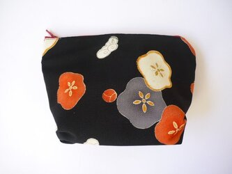 黒字に大きな梅柄のポーチの画像