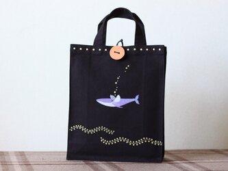 手描きA4サイズbag「羽で飛ぶクジラ」の画像