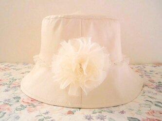 シフォンコサージュ付きベージュの帽子の画像