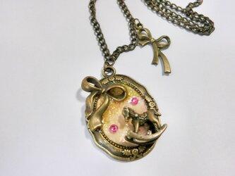 木馬とリボンのピンクネックレスの画像