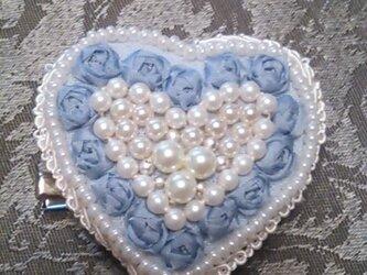 ハートのリボン刺繍ブローチ(ブルー)の画像
