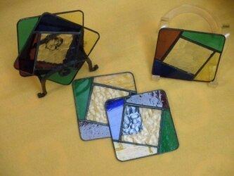 ガラスのコースターと鉄のホルダーの画像