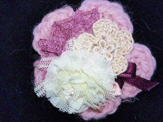 ヘアアクセブローチ(ふんわりピンクビーズのお花)〜プレリライン〜の画像