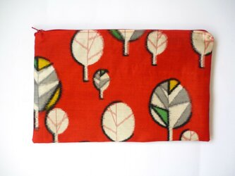 葉っぱ模様の真っ赤なポーチの画像