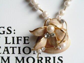 ベージュの貝とヴィンテージブローチのネックレスの画像