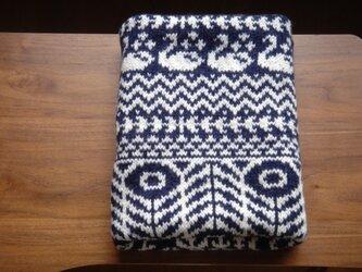 編み込みのひざ掛け 麦と白鳥 紺の画像