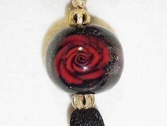 赤バラのネックレスの画像