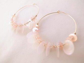 桜色スパンコールのフープピアスの画像