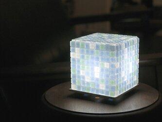 モザイクタイルのランプ ソーダ色(空色-薄緑色-白色)の画像