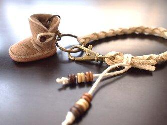 ふわふわムートンUGG風ブーツ(左)バッグチャーム&ネックレスの画像