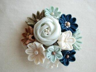 つまみ細工・玉バラと花いっぱいのコサージュの画像