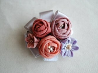 つまみ細工・玉バラのコサージュの画像