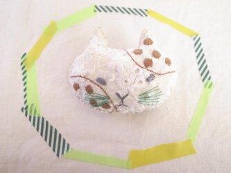 ねこのブローチ みずたま刺繍 茶の画像