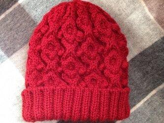 赤いアラン模様のニット帽の画像