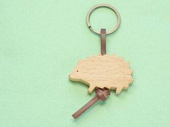ハリネズミ 木のキーリングの画像