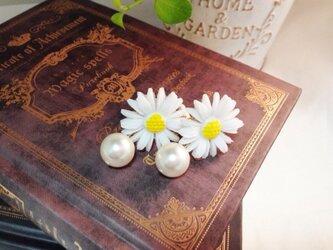 お花のカボションとパールのイヤリングの画像