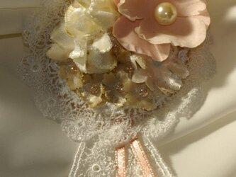 ハーブ染めのブローチ_紅花染めのメダルの画像