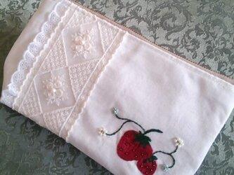 いちご刺繍のファスナーポーチの画像