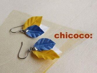 木の葉のピアス(イヤリング) ブルー×イエロー×ホワイトの画像
