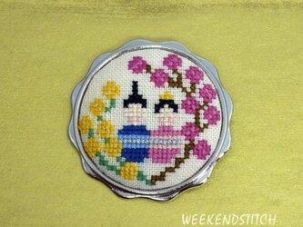 おひなさまの刺繍ブローチの画像