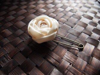 つまみ細工☆玉薔薇のショールピンブローチホワイトの画像